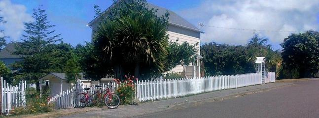 Annie's Cottage, A Quiet Getaway with a Bay View - Annie's Cottage Vacation Rental - Coos Bay - rentals