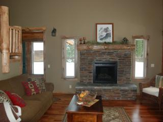 Cozy 3 bedroom Cabin in Leavenworth with Deck - Leavenworth vacation rentals