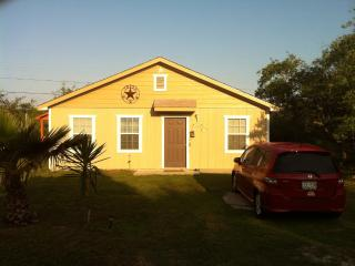 2/1 Cottage, Fishing Pier, B launch Comm Pool WIFI - Rockport vacation rentals