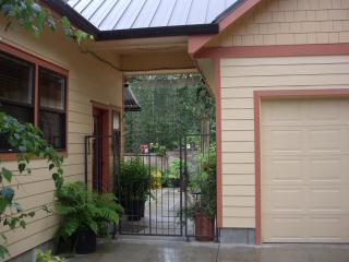 Beautiful furnished custom built home - Eugene vacation rentals