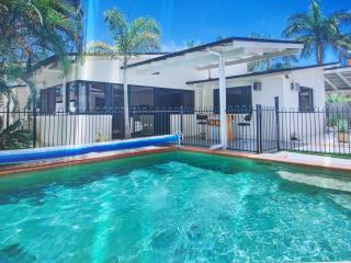 Resort style, gym, bar, games, pool, aircon, fox.. - Buderim vacation rentals
