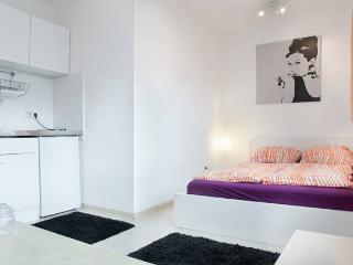 Top Location - Studio Apartment Orange - Dortmund vacation rentals