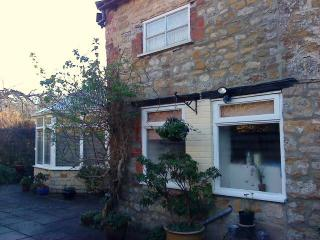 Garden Cottage with parking in Central Sherborne. - Sherborne vacation rentals