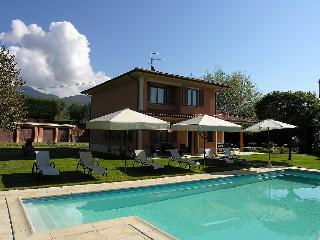 Bright House in Loro Ciuffenna with Shared Outdoor Pool, sleeps 12 - Loro Ciuffenna vacation rentals