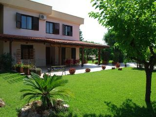 Nice House in Castellana Grotte with Deck, sleeps 4 - Castellana Grotte vacation rentals