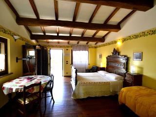 Charming 1 bedroom Ramazzano Villa with Deck - Ramazzano vacation rentals