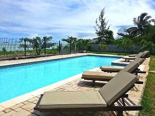 RIVA BELLA - Pieds dans l'eau avec piscine - A1 - Pointe Aux Sables vacation rentals