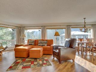 Stylish mountain condo w/on-site golf & private balcony! - Welches vacation rentals