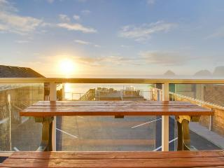 Lovely, oceanfront condo w/ ocean views & easy beach access - dogs welcome! - Oceanside vacation rentals