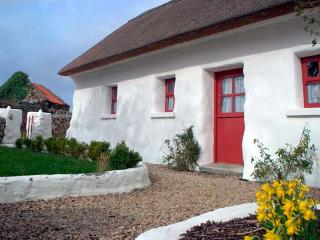 SPIDDAL THATCH COTTAGE, pet-friendly, multi-fuel stove, traditional cottage with character, near Spiddal, Ref. 14431 - Spiddal vacation rentals