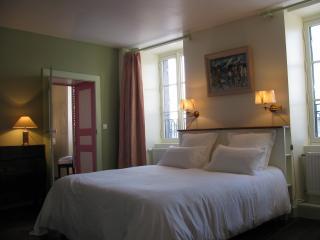 La Bonneterie. Suite familiale Art déco - Montaigut-le-Blanc vacation rentals