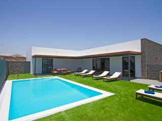 Bright 4 bedroom Villa in Puerto Del Carmen - Puerto Del Carmen vacation rentals
