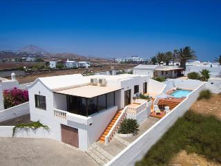 Comfortable 3 bedroom Villa in Puerto Del Carmen with Safe - Puerto Del Carmen vacation rentals