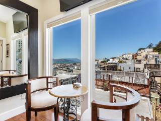 Magnificent San Francisco Studio w/Wifi, Rooftop Deck & Panoramic Views - Prime Location in North Beach! Walk to Grant Avenue, Fisherman's Wharf & Union Square - San Francisco vacation rentals