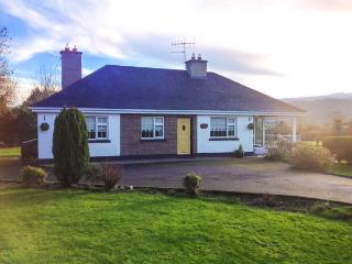 WOOD VIEW, pet-friendly, Sky TV, open fire, beautiful mountain views, lovely gardens, Bansha, Ref. 916410 - Kilshane vacation rentals