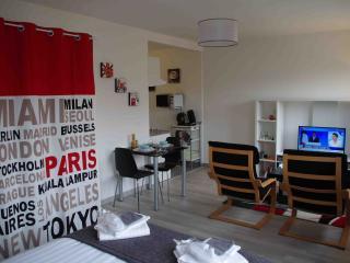 Grand studio neuf - proche des gares de Lille - La Madeleine vacation rentals