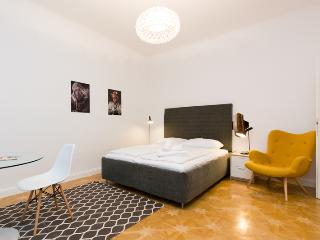 Basic Dreibettzimmer City Center  1.02 - Vienna vacation rentals