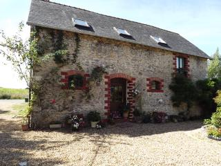 Charming Gite with Pool, Tennis Court & Games Room - Chateau-Gontier vacation rentals