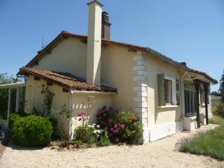 Next to 27-hole golf course, renovated bungalow - Vasles vacation rentals