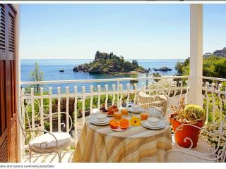 Taormina  Isolabella  romantico appartamento con spettacolare vista sul mare - Mazzarò vacation rentals