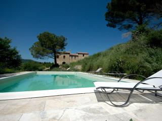 Luxury 4 Bedroom Farmhouse near Montepulciano - Montepulciano vacation rentals