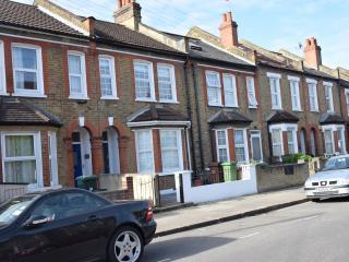 3 Bedroom flat on 2 floors, 2 bathrooms, sleeps 9 - London vacation rentals