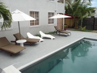 Palm Villa appartement avec piscine - Trou aux Biches vacation rentals