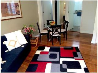 Beautiful Condo with Television and Microwave - Kew vacation rentals