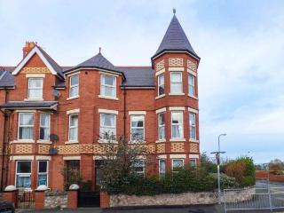 SUNNY TOWERS, Victorian corner townhouse, open fire, WiFi, close to beach, in Colwyn Bay, Ref 918249 - Colwyn Bay vacation rentals