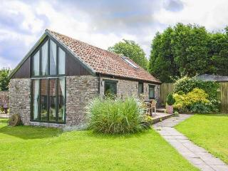 CROFT COTTAGE, detached, parking, private patio, shared lawn, in Shepton Mallet, Ref 923627 - Shepton Mallet vacation rentals