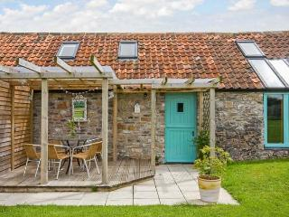 SUNSET COTTAGE, detached, en-suite, parking, private patio, shared lawn, in Shepton Mallet, Ref 923628 - Shepton Mallet vacation rentals