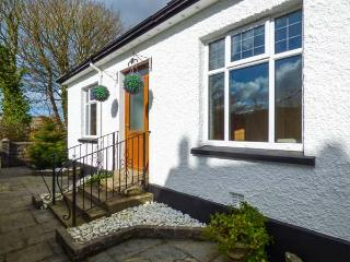CHY LOWEN, pet-friendly bungalow, enclosed patio, shop and pub within walking distance, in Camborne, Ref 929109 - Camborne vacation rentals