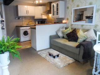 TUDOR ROSE COTTAGE, character, well-furnished, en-suite, WiFi, town centre location, in Tewkesbury, Ref 929786 - Tewkesbury vacation rentals