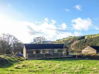 CABAN GWDIHW, detached, single-storey, woodburner, hot tub, walks from the door, in Llanbrynmair, Ref 931452 - Llanbrynmair vacation rentals