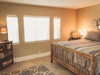 2 bedroom Condo with Internet Access in Kansas City - Kansas City vacation rentals