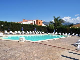 Al mare con piscina acqua salata ad 8 km da Cefalù - Cefalu vacation rentals