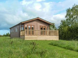 MORGAN LODGE, cosy lodge with lake views, en-suite, open plan living, in Hewish - Weston super Mare vacation rentals