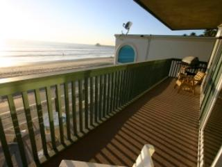 Deck and sliders in to the master bedroom and the living room. - *Special* Cottage Charm full ocean view Oceanside - Oceanside - rentals