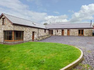CWT BLAWD, stone-built, king-size bed, pet-friendly, WiFi, close to coast, Llangoed, Ref 27845 - Llangoed vacation rentals