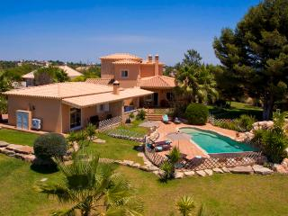 Villa Concha - Wonderful 6 bedroom villa, fenced in pool, outside bar, close to amenities - Carvoeiro vacation rentals