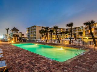 Oceanfront studio w/ ocean views, shared pool & entertainment - walk to beach! - Daytona Beach vacation rentals
