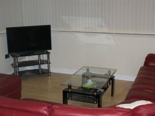 Convenient 1 bedroom Leeds Apartment with Parking - Leeds vacation rentals