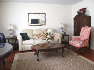 Beautiful Apt - 20 min from Times Sq/ NYC - North Bergen vacation rentals