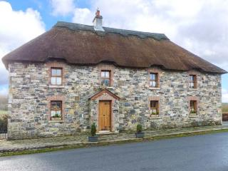 AN MAIDE BAN, detached, thatched cottage, games room, multi-fuel stove, in - Shercock vacation rentals
