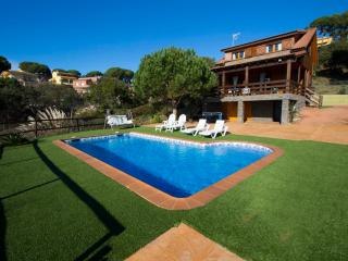 Pleasant 3-bedroom villa in Tordera for 6 guests, 5km to the beach! - Tordera vacation rentals