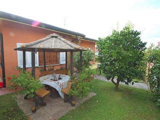 Beautiful 2 bedroom House in Piano di Mommio - Piano di Mommio vacation rentals