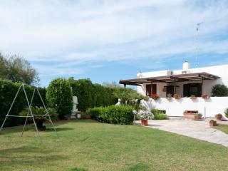 CASALMARE, incantevole villa a 30 metri dal mare - Mola di Bari vacation rentals