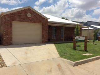 Bright 2 bedroom Swan Hill Townhouse with A/C - Swan Hill vacation rentals