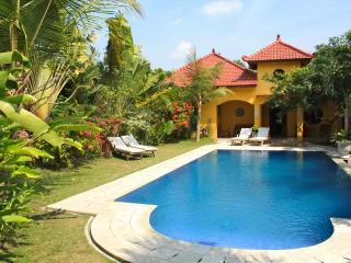 Ada Waktu, Jogjakarta, Cosy bungalow, pool! - Yogyakarta vacation rentals