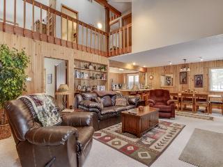 Cozy ski cabin w/ private hot tub, SHARC passes & great location! - Sunriver vacation rentals